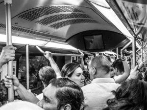 Angoisse des personnes entassés dans le métro
