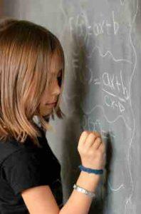 enfant n'arrivant pas à réaliser un exercice de mathématique
